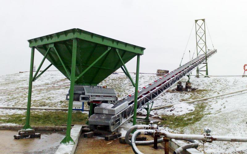 Trémie d'alimentation, extracteur à bande et Manukit E.A 35 m x 650 mm avec un important cantilever