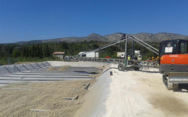 Transporteur à bande Tecnitude pour l'alimentation en gravier de bassins d'épuration