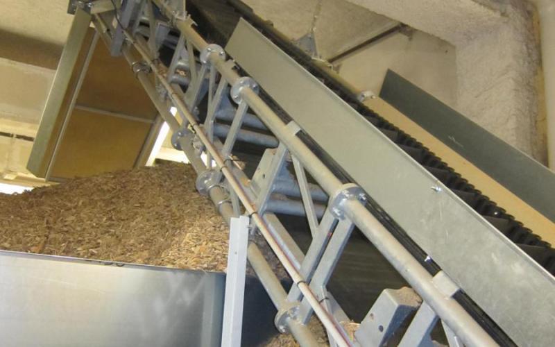 Convoyeur à bande Tecnitude avec bande à tasseaux et bords de contenance - Transport de bois