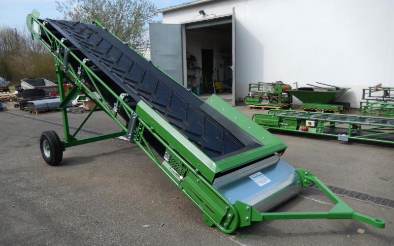 Convoyeur à bande déplaçable avec bande à chevrons pour la manutention de compost - Tecnitude