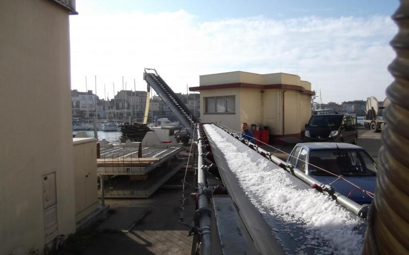 Convoyeur à bande Tecnitude pour l'alimentation en glace de navires-usines de pêche