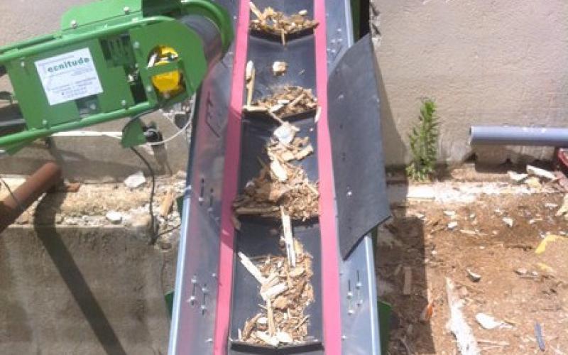 Convoyeur Tecnitude avec bande à tasseaux - Transport de bois broyé