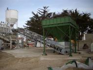 Convoyeur à bande et trémie Tecnitude pour l'alimentation d'une centrale à béton